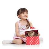 有小猫的愉快的孩子女孩开头礼物盒 免版税库存照片