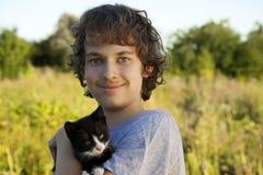 有小猫的愉快的男孩 图库摄影