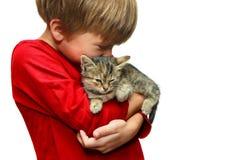有小猫的男孩 免版税库存照片