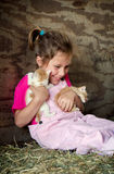 有小猫的笑的孩子 免版税库存照片