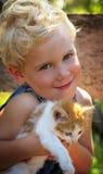 有小猫的年轻男孩 库存图片