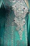 有小珠和水晶的印地安五颜六色的礼服在文化节日市场上 库存照片