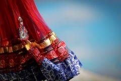 有小珠和水晶的印地安五颜六色的礼服在文化节日市场上 免版税库存图片