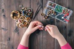 有小珠的箱子在老木背景 手工制造辅助部件 免版税库存图片
