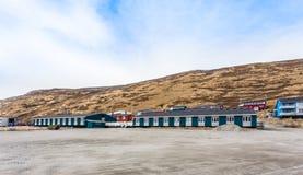 有小生存因纽特人房子的Kangerlussuaq解决v的 库存图片