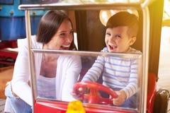 有小男孩的激动的妇女 免版税库存照片