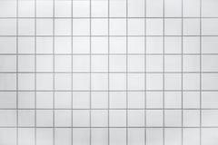 有小白色瓦片的墙壁 免版税库存图片