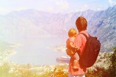 有小的女儿旅行的父亲在山 库存图片