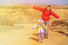 有小的女儿旅行的父亲在风景路 免版税库存照片