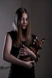 有小的小狗的美丽的邪恶的青少年的女孩 免版税库存图片