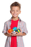 有小的球的男孩 库存图片