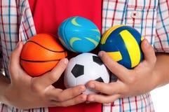 有小的球的男孩 免版税图库摄影