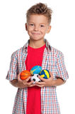 有小的球的男孩 免版税库存图片