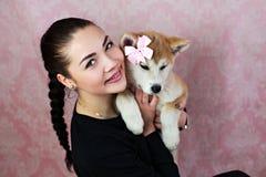 有小的逗人喜爱的狗的少妇 图库摄影