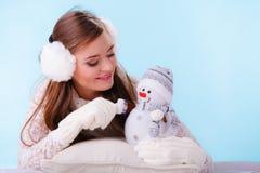 有小的雪人的逗人喜爱的妇女 冬天 图库摄影