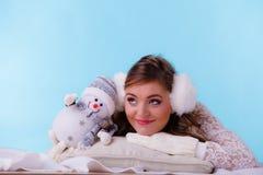 有小的雪人的逗人喜爱的妇女 背景美丽的方式女孩查出的空白冬天 免版税图库摄影