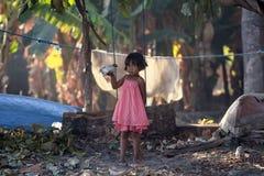 有小的鸡的印度尼西亚女孩 免版税图库摄影