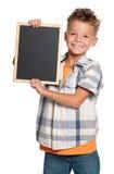 有小的黑板的男孩 免版税库存图片