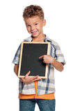 有小的黑板的男孩 免版税库存照片