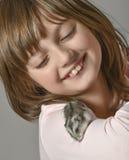 有小的仓鼠的女孩 免版税库存图片