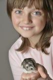 有小的仓鼠的女孩 库存照片