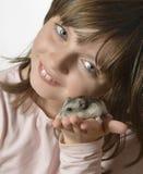 有小的仓鼠的女孩 库存图片