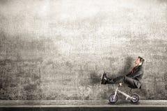 有小自行车的经理在处境危险 库存图片