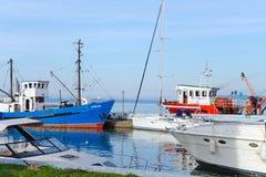 有小船、渔船和帆船的海口 库存照片