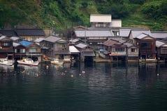 有小船停车库的之家在日本 库存照片