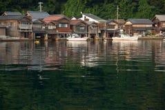 有小船停车库的之家在日本 库存图片