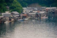 有小船停车库的之家在日本 免版税库存照片