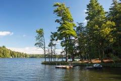 有小船和码头的湖 免版税库存照片