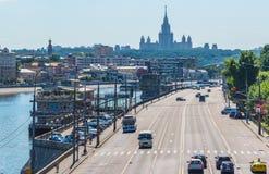 有小船和莫斯科国立大学的莫斯科河 库存照片