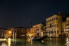 有小船和长平底船的运河在浪漫威尼斯 库存图片