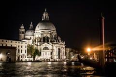 有小船和长平底船的运河在浪漫威尼斯 免版税库存照片