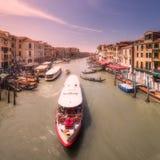 有小船和长平底船的,意大利德贝内西亚大运河 免版税库存图片
