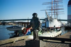 有小船和雕象的与清楚的蓝天,瑞典哥特人港口 免版税库存照片