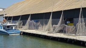 有小船和鱼网的老渔场 库存图片