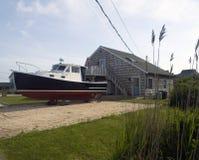 有小船垄沟的海滨别墅抱怨Montauk纽约 免版税图库摄影