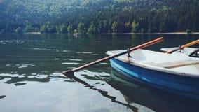 有小船山风景的湖圣徒阿那 免版税库存照片