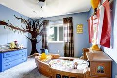 有小船床的快乐的孩子室 免版税库存照片