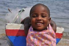 有小船微笑的可爱的孩子 免版税图库摄影