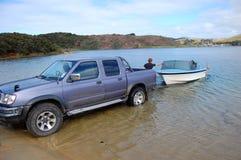 有小船拖车的汽车在湖 免版税图库摄影