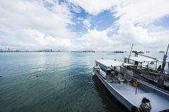 有小船白天的跳船 图库摄影
