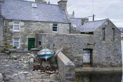有小船的一个老房子 库存图片