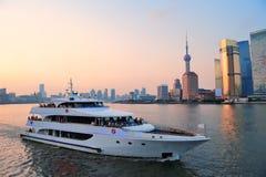 有小船的上海Huangpu河 免版税库存图片