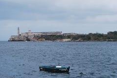 有小船的哈瓦那港口在前景 免版税库存图片