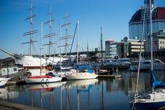 有小船的哥特人与美丽的清楚的蓝天的港口和反射 ,瑞典 免版税库存图片