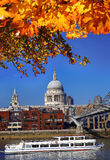有小船的圣保罗s大教堂在伦敦,英国 库存照片