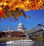 有小船的圣保罗s大教堂在伦敦,英国 免版税库存图片